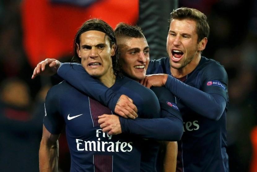 Edinson Cavani (kiri) seusai mencetak gol ke gawang Basel.