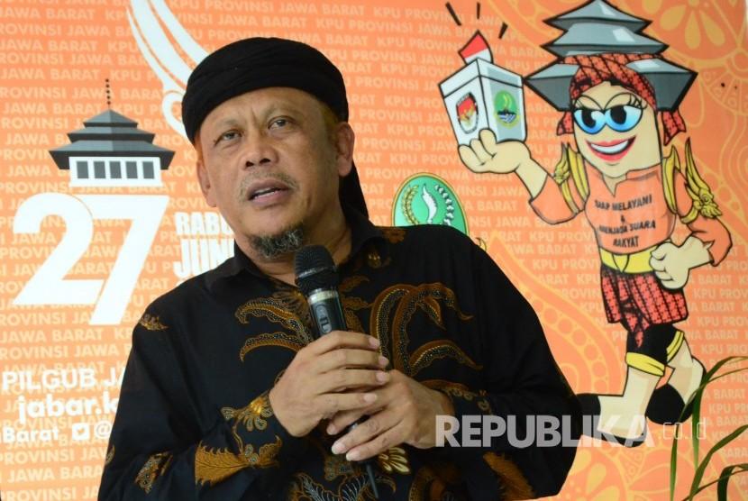 Eggi Sudjana saat hadir di KPU Jawa Barat, Ahad (26/11).