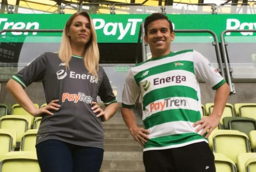 Egy Maulana Vikri menunjukkan kaos tim yang menunjukkan logo PayTren