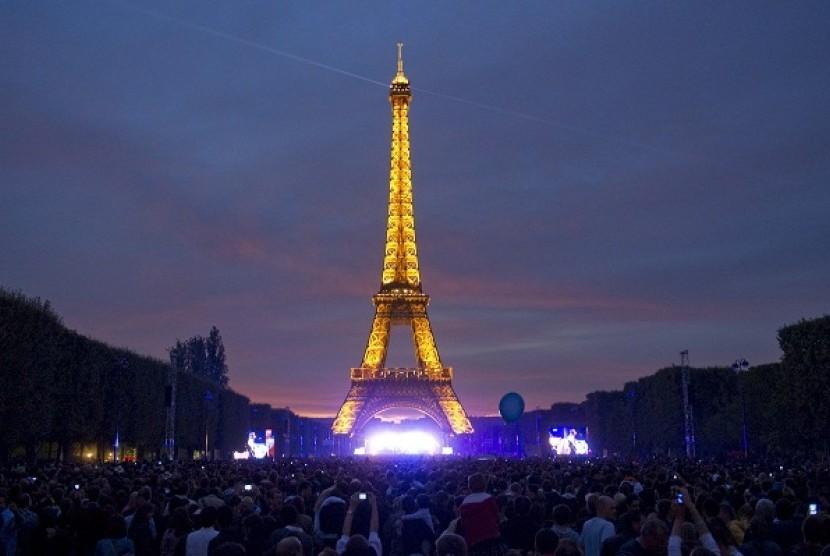 Eiffel Tower in Paris, 2011 (file photo)
