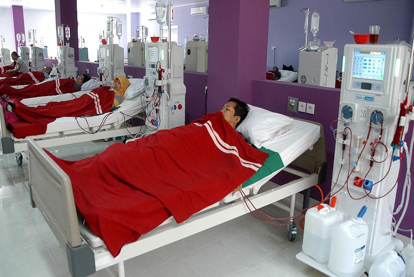 Sejumlah pasien Rumah Sakit Palang Merah Indonesia (RSPMI) menjalani proses cuci darah di ruang hemodialisa RSPMI di Kota Bogor, Jabar.