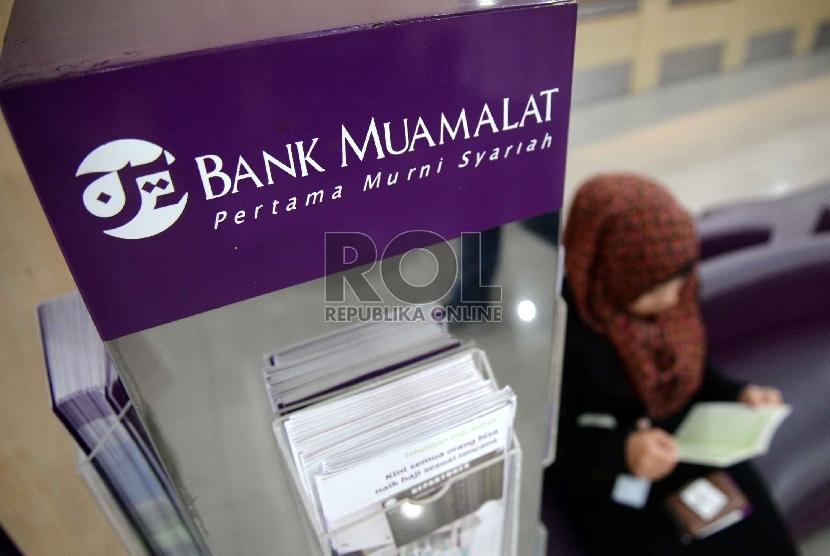 Ekonomi Syariah Solusi Krisis Global: Nasabah berada di kantor Bank Muamalat, Jakarta, Kamis (9/4).