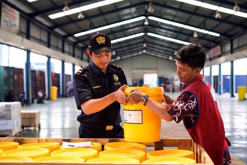 Bea Cukai Minta Importir dan Eksportir Barang Kimia Pahami MSDS | Republika  Online