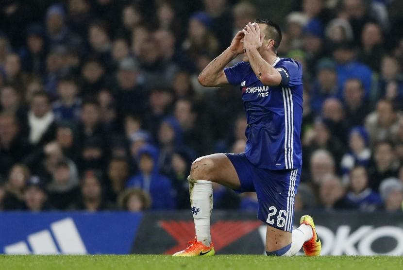 Ekspresi bek Chelsea John Terry usai mendapatkan kartu merah.