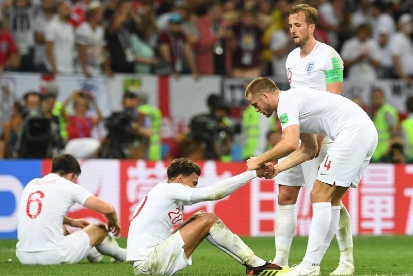 Ekspresi kekecewaan Harry Kane (berdiri tegak) bersama rekan-rekannya di timnas Inggris setelah gagal ke final Piala Dunia 2018.
