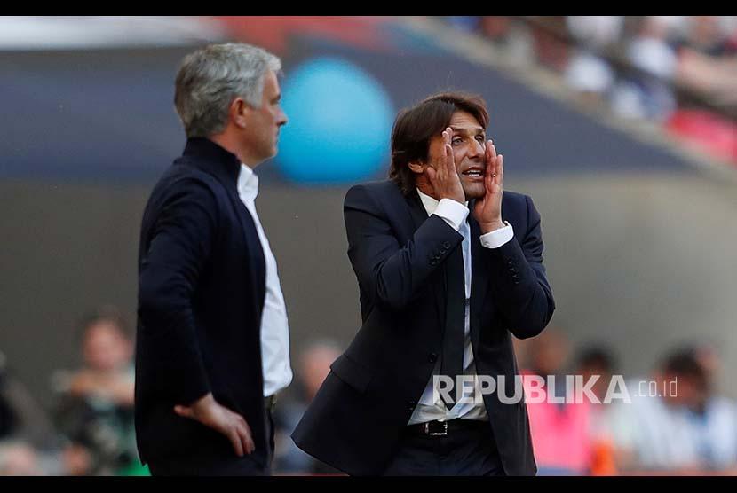 Ekspresi manager Chelsea Antonio Conte dan manager Manchester United Jose Mourinho pada Laga Final FA Cup antara Chelsea  melawan Manchester United di Wembley Stadium, London