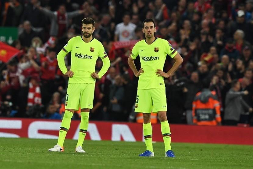 Ekspresi Sergio Busquets (kanan) dan Gerard Pique setelah Barcelona dibobol LIverpool pada pertandingan Liga Champions, Rabu (8/5) WIB.