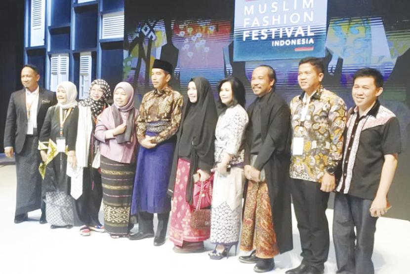 Elidawati Ali oemar bersama Presiden Jokowi di Muslim Fashion Festival Indonesia 2018 di Jakarta
