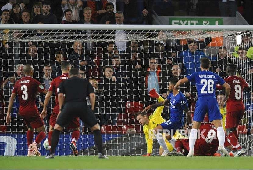 Emerson Palmieri mencetak gol ke gawang Liverpool pada pertandingan Piala Liga Inggris di Stadion Andfield Liverpool, Inggris, Rabu (26/9) waktu setempat.