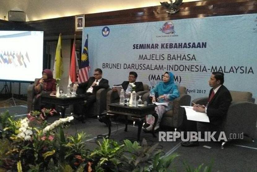 Emi Emilia (Indonesia), Mohamed Aidil Subhan (Singapura), Zaharani Ahmad (Malaysia), Hajah Dayanf Fatimah (Brunei), dan Azhari (Indonesia) dalam seminar kebahasaan MABBIM, Rabu (5/4)