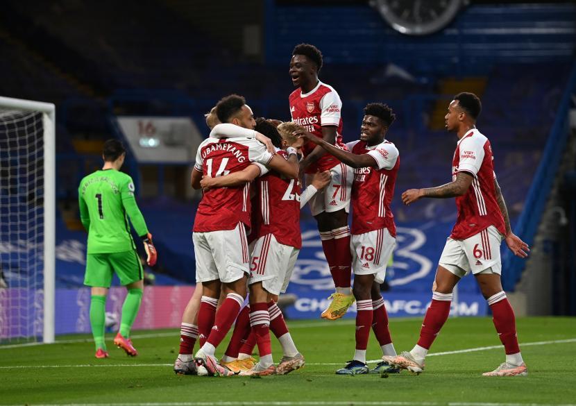Emile Smith Rowe dari Arsenal merayakan dengan rekan satu timnya setelah mencetak gol pada pertandingan sepak bola Liga Primer Inggris antara Chelsea FC dan Arsenal FC di London, Inggris, Rabu (12/5) waktu setempat atau Kamis (13/5) dini hari WIB.