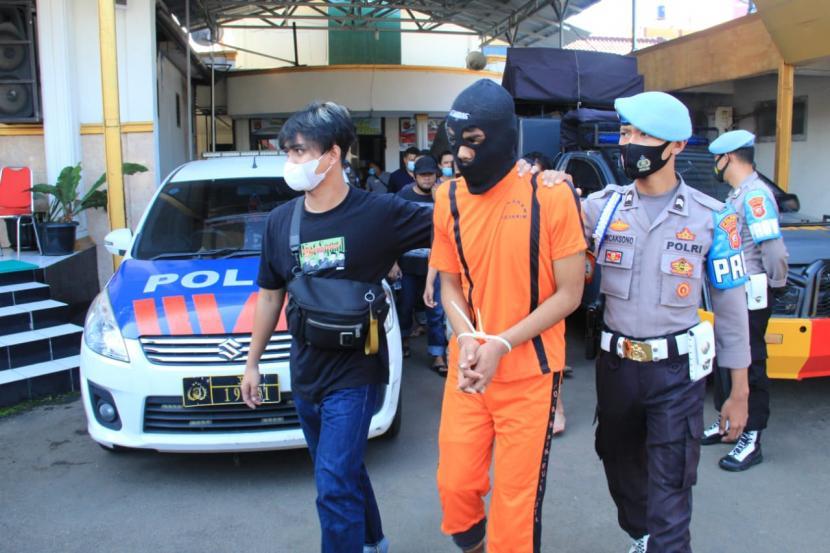 Empat anggota geng motor yang teror dan aniaya warga ditangkap Polres Sukabumi Kota, Jumat (28/5).