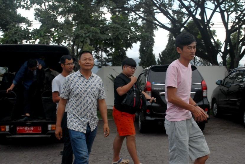 Empat dari enam warga negara asing asal Cina yang diamankan Dinas Tenaga Kerja dan Transmigrasi (ilustrasi)