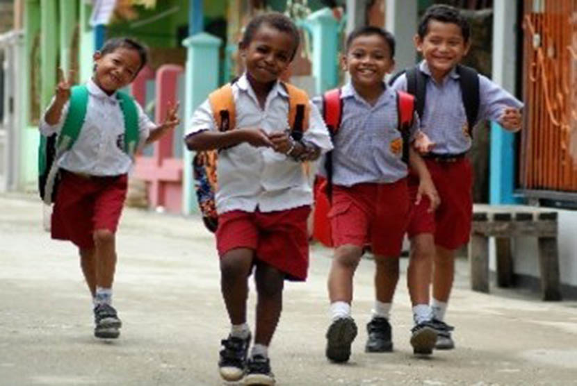 Empat siswa Sekolah Dasar berjalan bersama sepulang sekolah di Kampung Hedam, Kecamatan Heram, Kota Jayapura, Papua.
