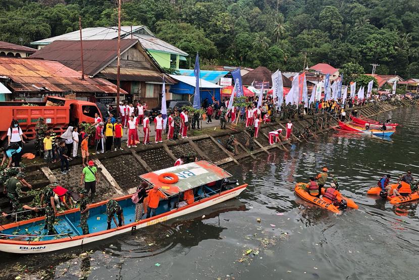 Enam BUMN, yakni BUMN, yakni Bank BRI, Pegadaian,Telkom Indonesia, Pertamina, Angkasa Pura II, dan Pelindo II meluncurkan Gerakan Sungai Bersih di Kota Padang, Ahad (29/7).