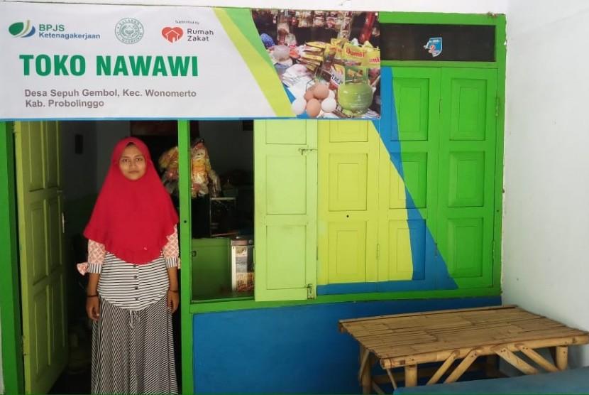 Endang, salah satu penerima manfaat program ekonomi Desa Berdaya Sepuh Gembol dari Yayasan Al Maghfirah BPJS Ketenagakerjan.