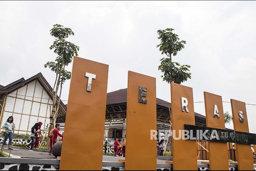engunjung berkeliling di destinasi wisata budaya Teras Sunda, Cibiru, Bandung, Jawa Barat, Kamis (1/11/2018). Teras Sunda dibangun menghabiskan biaya anggaran sekitar Rp7,9 miliar dan akan menjadi pusat pengembangan seni dan budaya serta destinasi baru wisata di Kota Bandung.