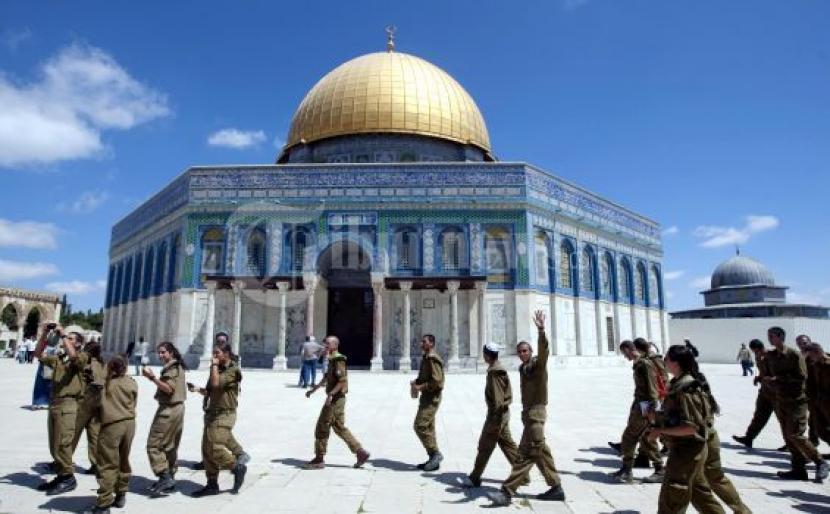 AWG Kutuk Keras Pencegahan Adzan di Masjid Al Aqsa. Foto: Tentara Israel melintas Kubah Batu di kompleks Masjidil Al Aqsa, ketiga situs suci Islam, saat berkunjung di bawah perlindungan polisi Israel di Kota Tua Yerusalem.