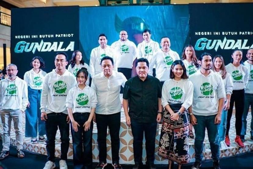 Erick Thohir bersama aktor dan aktris pemeran superhero Indonesia