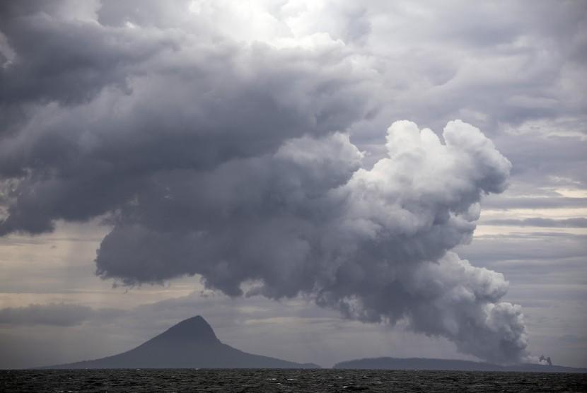 Erupsi Gunung Anak Krakatau terlihat dari KRI Torani 860 saat berlayar di Selat Sunda, Lampung, Selasa (1/1/2019).