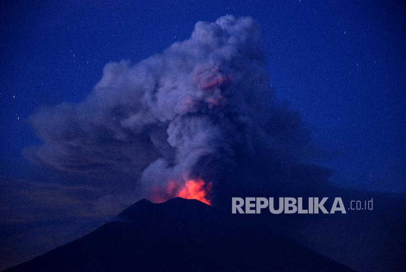 Mount Agung's eruption seen from Kubu, Karangasem, Bali, on Tuesday (November 28).