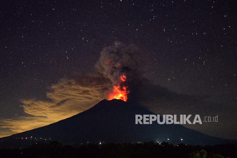 Erupsi magmatik Gunung Agung terlihat dari Kubu, Karangasem, Bali, Selasa (28/11).