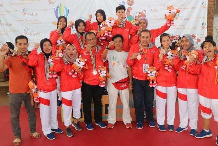 Esi, mahasiswa UBSI Tasikmalaya bersama tim sepak takraw Kota Tasikmalaya,  meraih medali perunggi di Porda XIII Jawa Barat 2018.