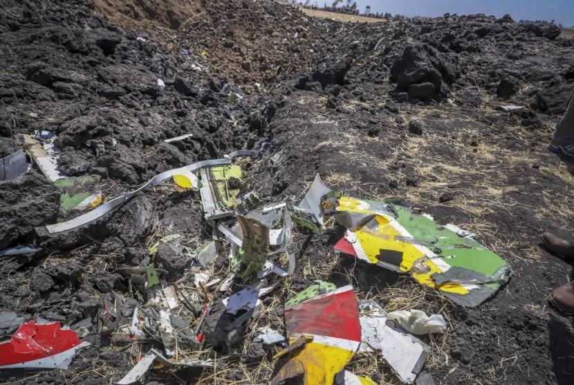 Ethiopian Airlines Jatuh. Puing-puing yang diduga berasal dari pesawat Ethiopian Airlines yang jatuh ditemukan di Hejere, 50 km dari Addis Ababa, Kenya (10/3).