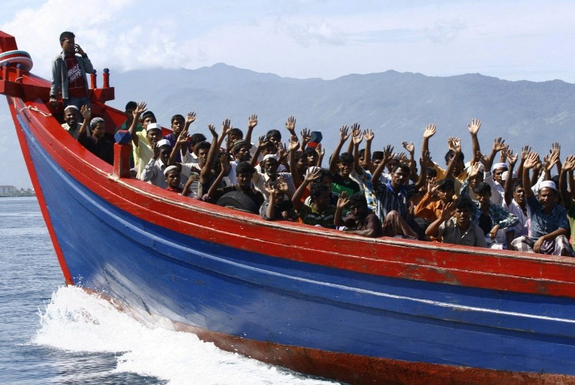 Ethnic Rohingya refugees from Myanmar wave as they are transported by a wooden boat to a temporary shelter in Krueng Raya in Aceh Besar April 8, 2013. (file photo)