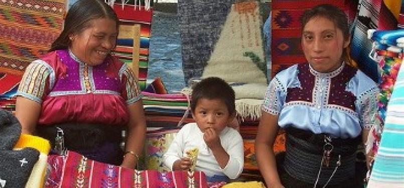 Etnis Indian Totzil di Mexico. 83 persen Meksiko adalah Katholik, namun di negara bagian Chiapas, Katholik adalah minoritas dan Muslim juga banyak ditemukan di sana, salah satunya dari etnis Tzotzil Maya