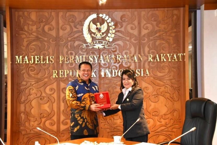 etua MPR RI Bambang Soesatyo mengajak Kongres Advokat Indonesia (KAI) bekerjasama dengan MPR RI agar dalam salah satu pembekalan advokatnya bisa memasukan materi Empat Pilar MPR RI yang terdiri dari empat konsensus dasar bangsa Indonesia, yakni Pancasila, UUD NRI 1945, NKRI, dan Bhineka Tunggal Ika.