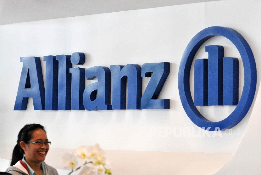 etugas melintas di depan logo asurnasi Allianz di kantor pelayanan Asuransi Allianz.