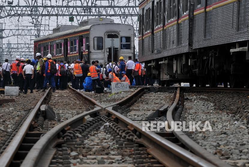 EVAKUASI KERETA ANJLOK. Petugas mengevakuasi Kereta Rel Listrik (KRL) 1507 jurusan Bogor-Muara Angke di kawasan Stasiun Manggarai, Jakarta Selatan, Selasa (3/10).