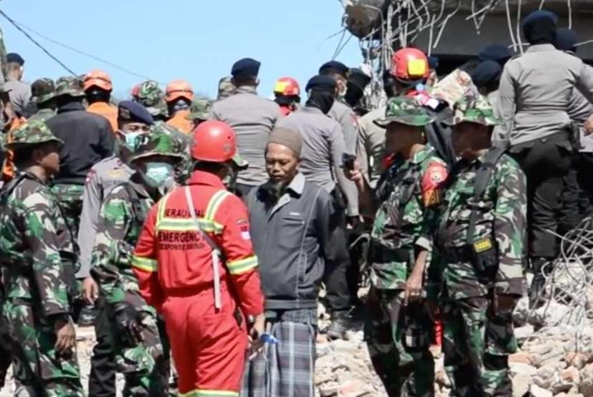 Evakuasi korban gempa Lombok (ilustrasi)
