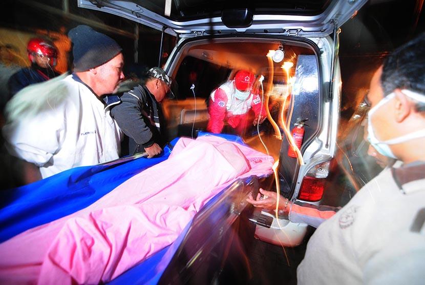 Evakuasi korban longsor di Pangalengan, Kabupaten Bandung, Jawa Barat, Selasa (5/5).
