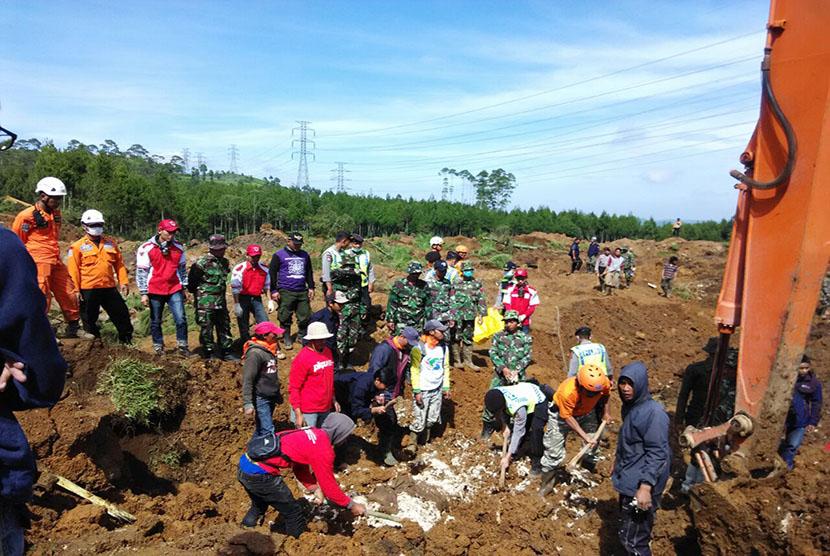 Evakuasi korban longsor Pangalengan.