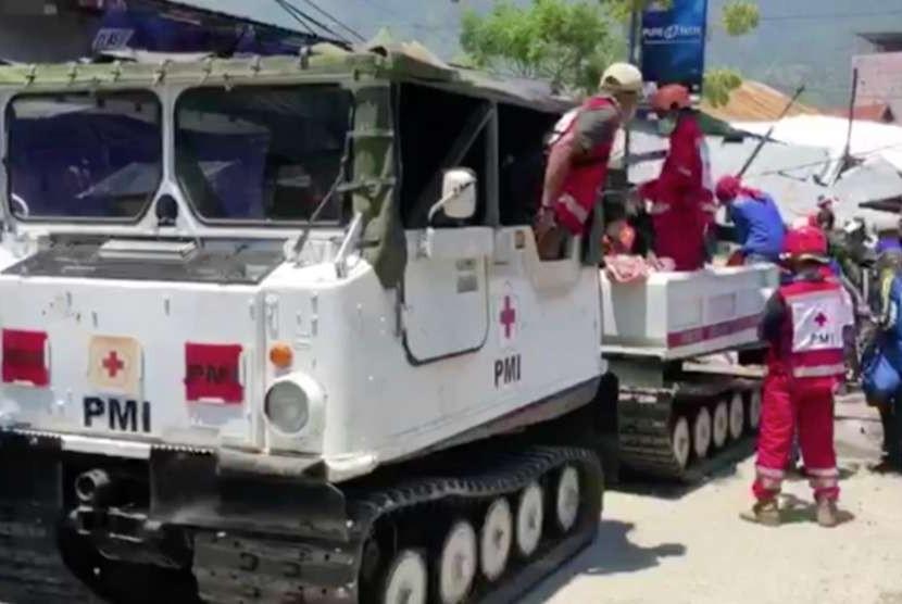 Evakuasi korban meninggal oleh relawan baesama tim dari PMI di Palu