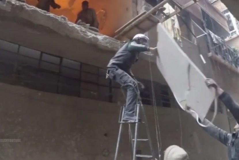 Evakuasi korban serangan di Ghouta
