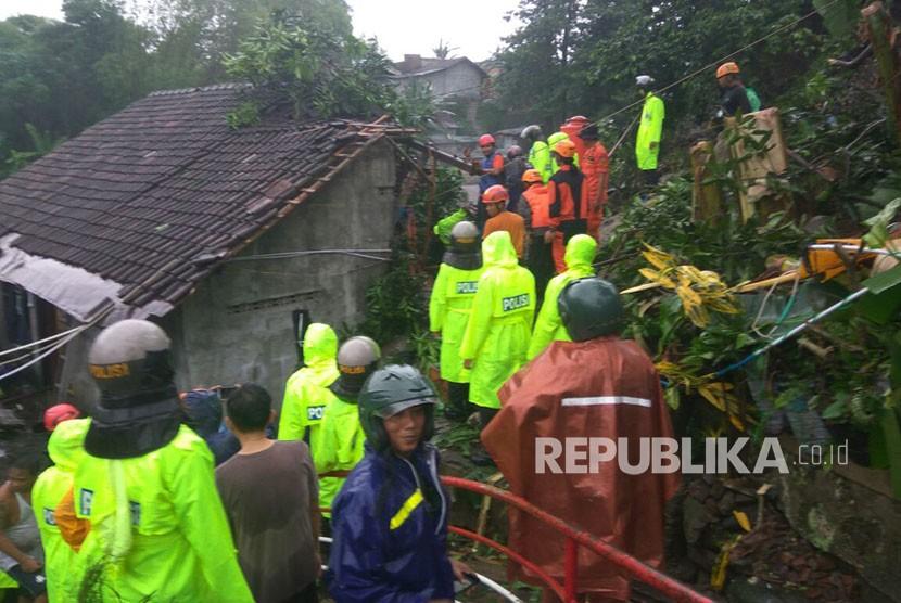 Evakuasi korban terdampak longsor dan banjir di Kabupaten Kulonprogo dan Kabupaten Gunung Kidul, DI Yogyakarta. Evakuasi dilakukan tim operasi gabungan mulai dari BPBD, Polri, TNI, dan masyarakat. Rabu (29/1)).