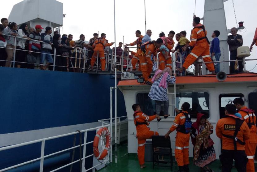 Evakuasi penumpang KMP Mutiara Persada II yang kandas di depan Pulau Rimau Balak oleh Basarnas. Sebanyak 516 penumpang berhasil dievakuasi dan saat ini berada di Ruang tunggu Pelabuhan Bakauheni, Lampung. Jumat (7/6)