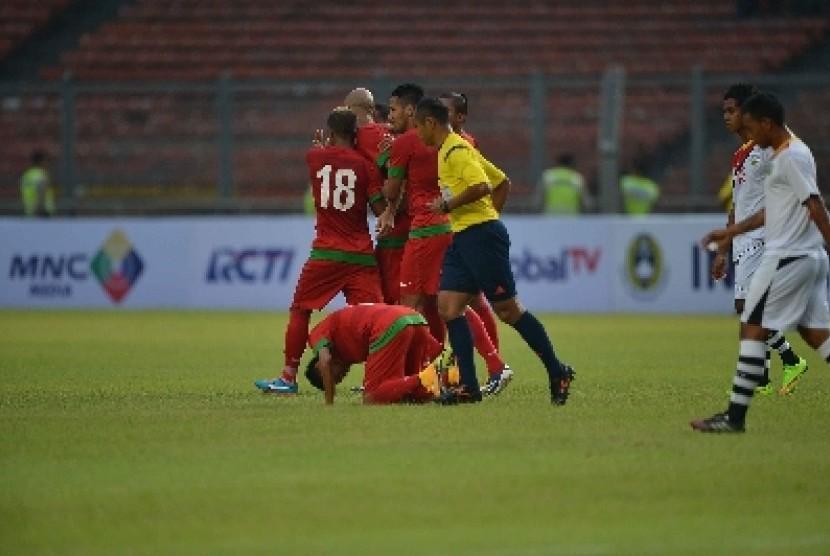 Evan Dimas bersujud syukur seusai membobol gawang Timor Leste dalam laga persahabatan, Selasa (11/11) lalu.