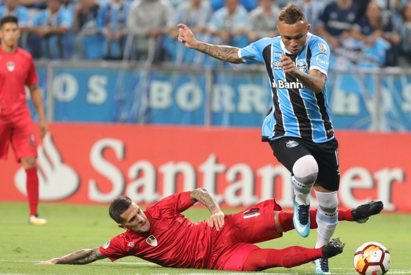 Everton Soares (kanan).