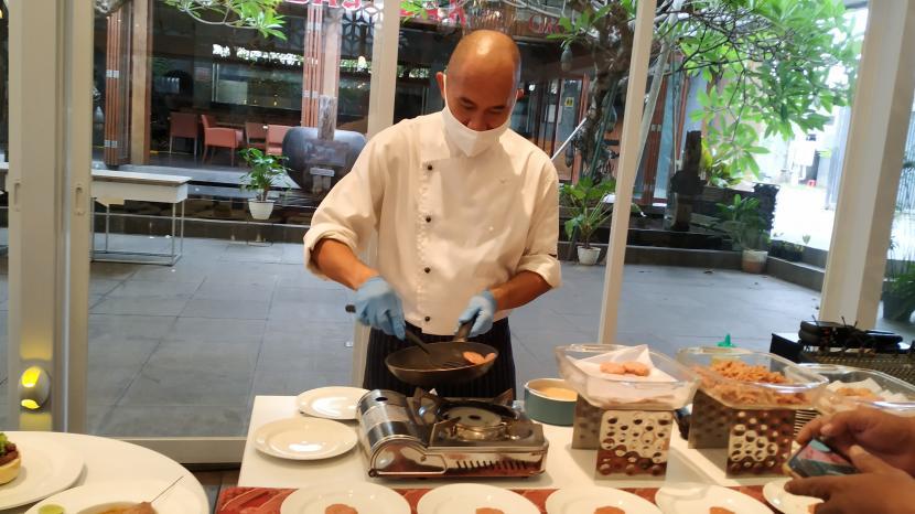 Executive Chef Grand Aston Yogyakarta Hotel & Convention Center, Chef Jojo saat memperagakan varian menu baru yang berbasis tanaman (plant based).