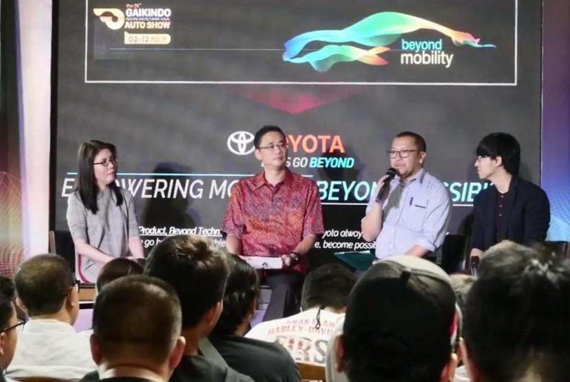 Executive General Manager Toyota Astra Motor, Fransiscus Soerjopranoto (kedua kiri)