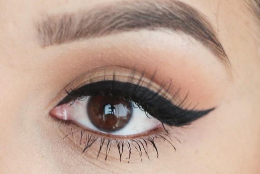 Eyeliner bersayap atau winged eyeliner.