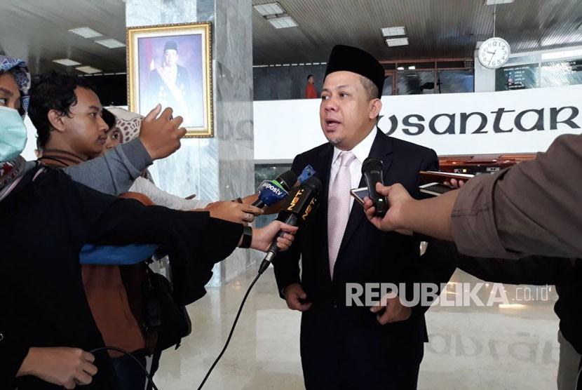 Fahri Hamzah memberikan keterangan pers sebelum rapat paripurna dimulai di Komplek Parlemen Senayan, Senayan, Jakarta, Selasa (9/1).