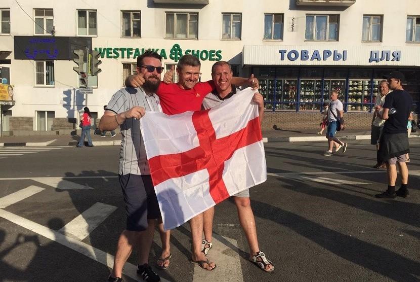 Fan Inggris merayakan kemenangan timnya atas Panama dengan skor telak 6-1