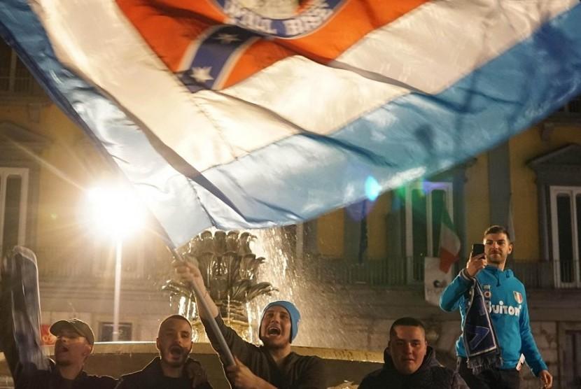 Fan Napoli menyambut tim kesayangan mereka di Bandara Capodichino, Napoli pada Senin (23/4) pagi WIB setelah memetik kemenangan 1-0 atas Juventus.