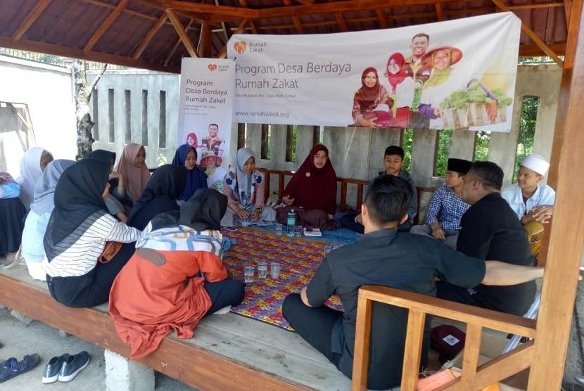 Fasilitator Desa Berdaya, Azizah Nuraini, membentuk sejumlah organisasi remaja untuk menjadi mitra strategisnya dalam menangani berbagai permasalahan sosial.