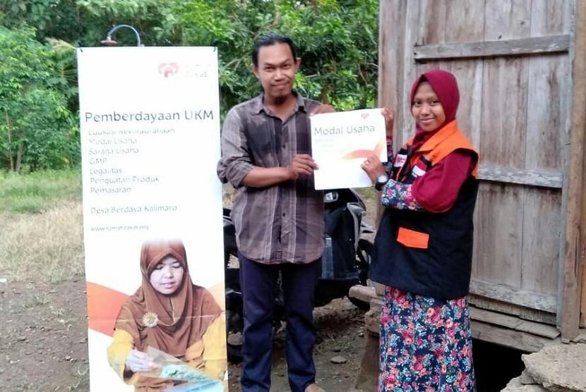 Fasilitator Desa Berdaya Kalimaro Kecamatan Gebang, Kabupaten Cirebon, mengadakan kunjungan sekaligus penyaluran bantuan modal usaha kepada Bapak Bambang Hambali. Hambali mempunyai usaha dibidang racik meracik rempah-rempah.